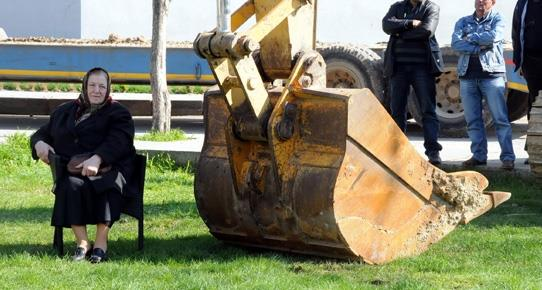 A 75-year-old woman has stopped construction at a local park in the northwestern province of Edirne, Turkey, by sitting in front of the bulldozer. Go Grandma go!!